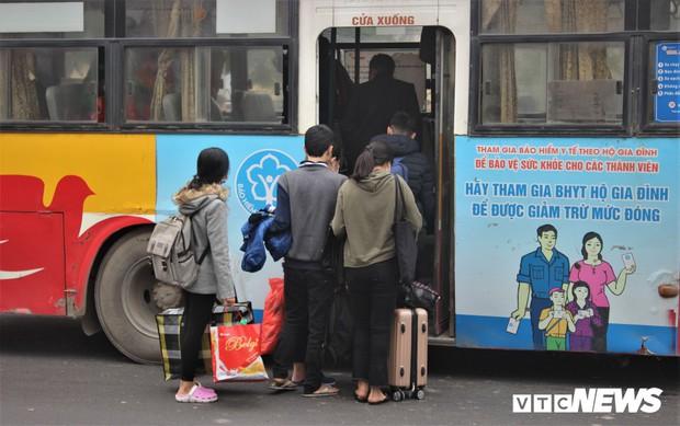 Ảnh: Sinh viên Hà Nội tay xách nách mang về quê ăn Tết - Ảnh 6.