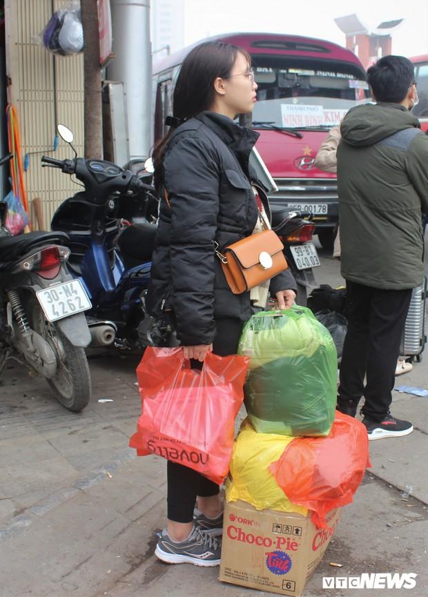Ảnh: Sinh viên Hà Nội tay xách nách mang về quê ăn Tết - Ảnh 7.