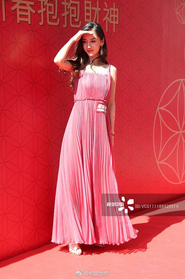 Đẹp không góc chết, Angela Baby còn khéo sửa váy để kín đào mà vẫn đẹp chẳng kém người mẫu của hãng - Ảnh 3.