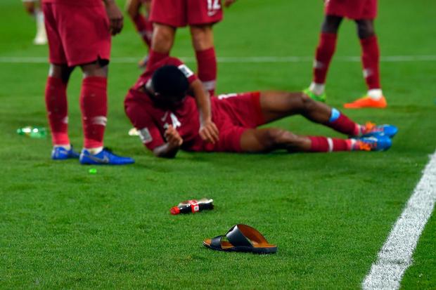 Đội tuyển thua nhục nhã, CĐV nước chủ nhà UAE còn để lại hình ảnh vô cùng xấu xí - Ảnh 6.