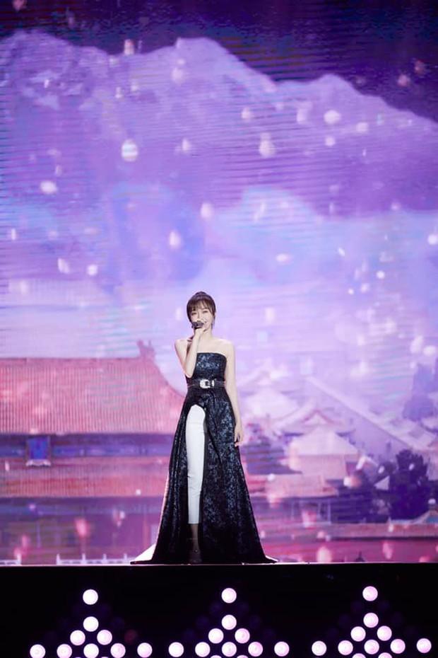 """Diện váy xẻ sâu cùng quần dài, """"nữ hoàng bảo thủ"""" Tần Lam lại khiến netizen người khen kẻ chê - Ảnh 4."""