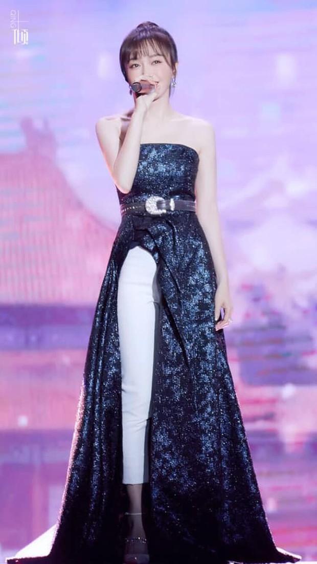 """Diện váy xẻ sâu cùng quần dài, """"nữ hoàng bảo thủ"""" Tần Lam lại khiến netizen người khen kẻ chê - Ảnh 1."""