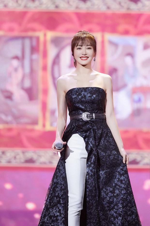 """Diện váy xẻ sâu cùng quần dài, """"nữ hoàng bảo thủ"""" Tần Lam lại khiến netizen người khen kẻ chê - Ảnh 2."""