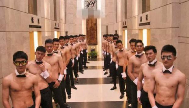 Đột kích CLB trai đẹp dành cho quý bà ở Thượng Hải: Chỉ trò chuyện, lương tháng hơn 270 triệu - Ảnh 1.