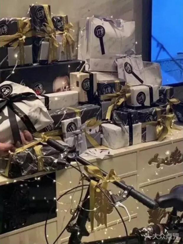 Đột kích CLB trai đẹp dành cho quý bà ở Thượng Hải: Chỉ trò chuyện, lương tháng hơn 270 triệu - Ảnh 2.
