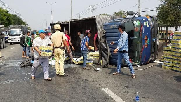 Hàng trăm thùng nước ngọt đổ ra đường, người dân Sài Gòn thu gom giúp tài xế - Ảnh 2.