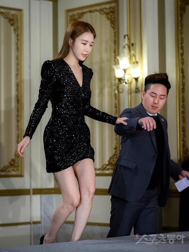 Được tài tử Lee Dong Wook ân cần hộ tống, mỹ nhân Goblin khoe đường cong bốc lửa và đôi chân cực phẩm ở sự kiện - Ảnh 5.