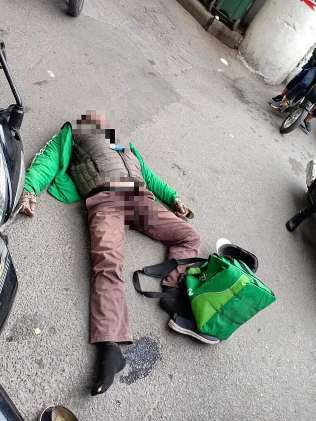 Hà Nội: Người đàn ông mặc áo Grab đang đi xe máy bất ngờ ngã gục giữa đường, tử vong tại chỗ - Ảnh 1.