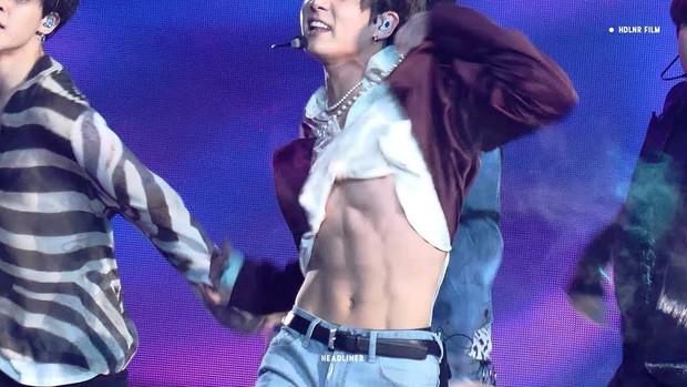 Em út BTS xưng danh gương mặt đẹp trai thứ 2 thế giới: Cực phẩm, được Billboard gọi tên vì body như thần điêu khắc - Ảnh 31.