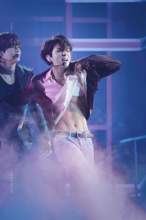 Em út BTS xưng danh gương mặt đẹp trai thứ 2 thế giới: Cực phẩm, được Billboard gọi tên vì body như thần điêu khắc - Ảnh 32.