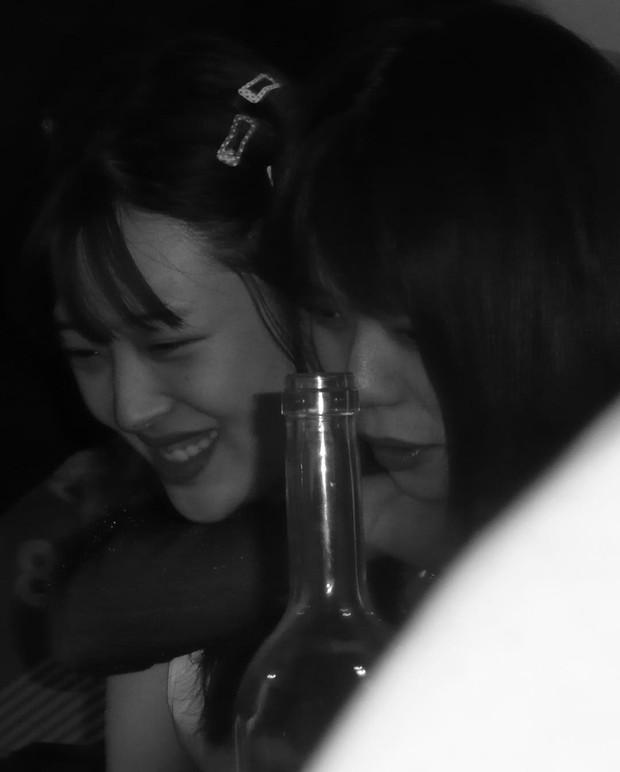 Mừng tiệc năm mới như Sulli: Mời bạn đến uống rượu, chụp hình vén váy, ôm ấp trong tư thế nhạy cảm - Ảnh 10.