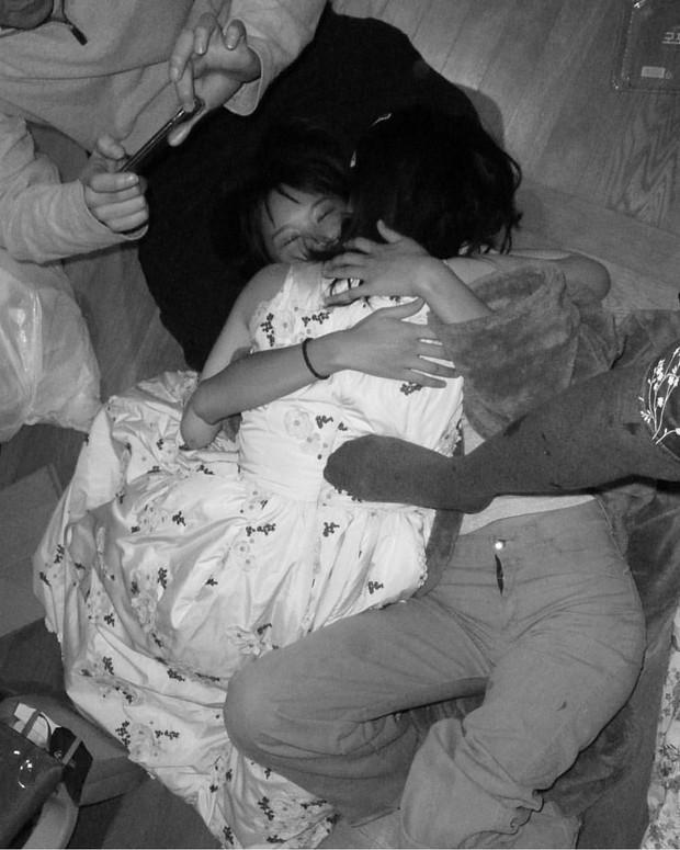 Mừng tiệc năm mới như Sulli: Mời bạn đến uống rượu, chụp hình vén váy, ôm ấp trong tư thế nhạy cảm - Ảnh 8.