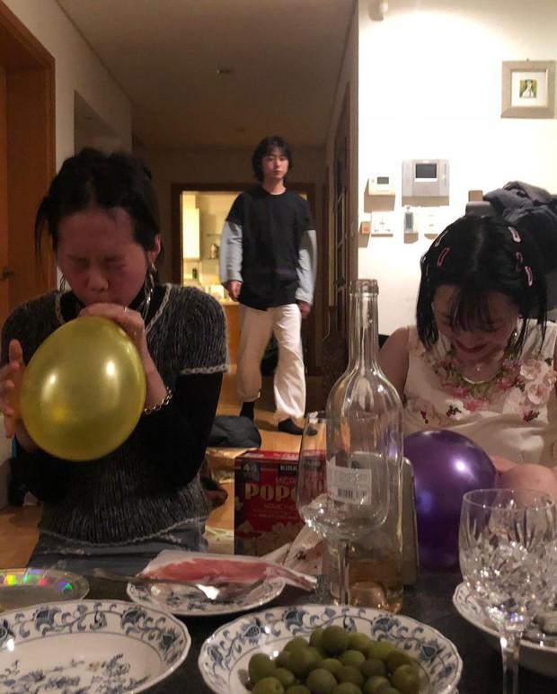 Mừng tiệc năm mới như Sulli: Mời bạn đến uống rượu, chụp hình vén váy, ôm ấp trong tư thế nhạy cảm - Ảnh 3.