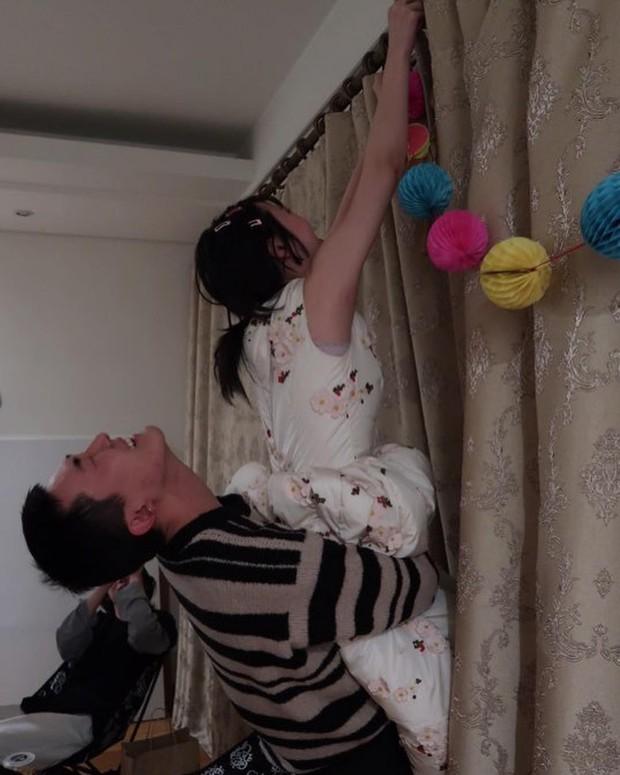 Mừng tiệc năm mới như Sulli: Mời bạn đến uống rượu, chụp hình vén váy, ôm ấp trong tư thế nhạy cảm - Ảnh 13.