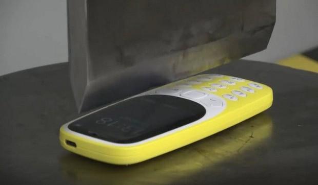 Thử tra tấn cắt đôi Nokia 3310 ngọt xớt bằng máy nén thủy lực nặng 100 tấn - Ảnh 1.