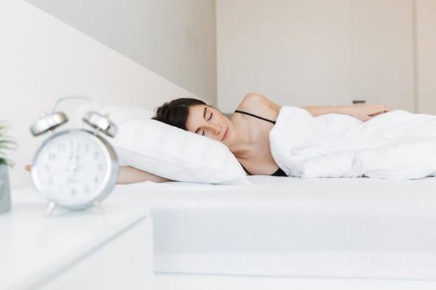 Những thói quen khi ngủ khiến làn da của bạn trở nên xấu xí - Ảnh 1.