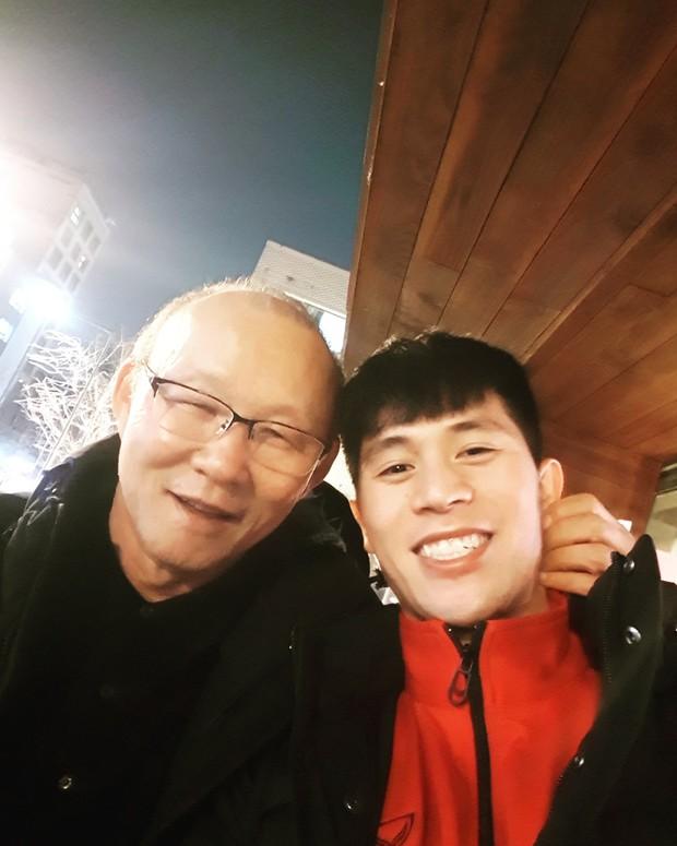 Vừa về tới Hàn Quốc, thầy Park phải chạy ngay tới chỗ học trò bẹo má, khoác vai - Ảnh 1.