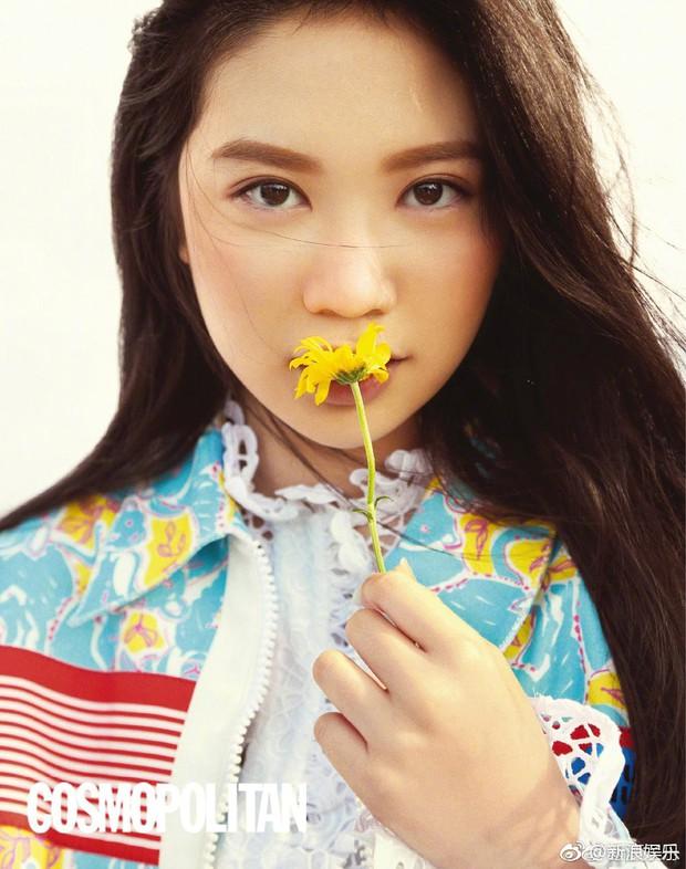 Con gái 15 tuổi của Chân Tử Đan lên trang bìa tạp chí danh tiếng, nhan sắc và đôi chân khiến công chúng bất ngờ - Ảnh 5.