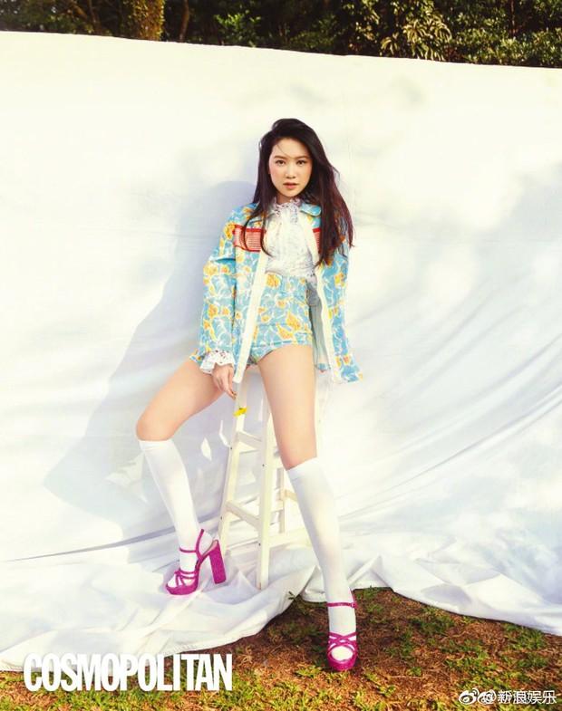 Con gái 15 tuổi của Chân Tử Đan lên trang bìa tạp chí danh tiếng, nhan sắc và đôi chân khiến công chúng bất ngờ - Ảnh 9.