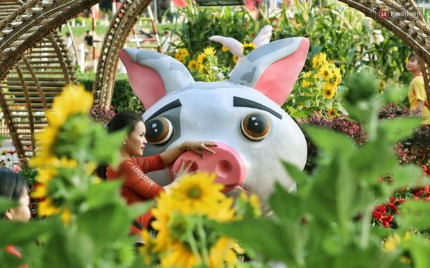 Ngắm đàn lợn với biểu cảm buồn cả thế giới ngộ nghĩnh và hài hước trên đường hoa xuân quận 7 - Ảnh 6.