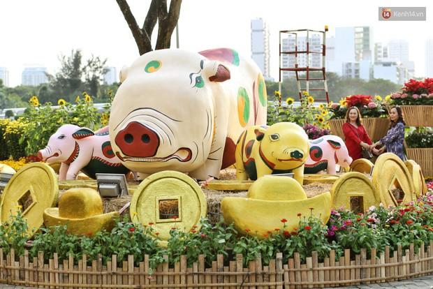 Ngắm đàn lợn với biểu cảm buồn cả thế giới ngộ nghĩnh và hài hước trên đường hoa xuân quận 7 - Ảnh 7.