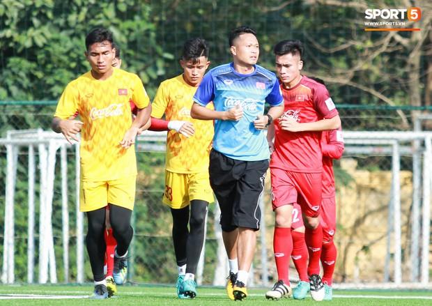 Đội tuyển U22 Việt Nam thích thú với cuộc thi tâng bóng của ban huấn luyện - Ảnh 2.