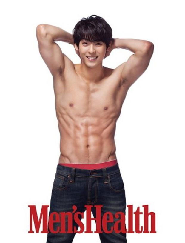 Minhyuk (BtoB) khiến fan bỏng mắt khi vén áo khoe body 6 múi săn chắc - Ảnh 1.