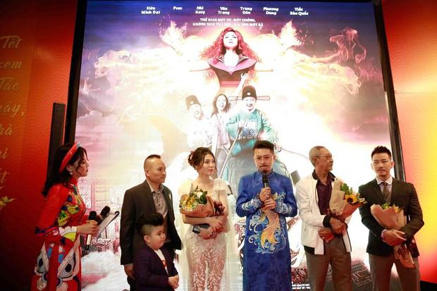 Lâm Vỹ Dạ và các con đến ủng hộ ông xã Hứa Minh Đạt trong buổi ra mắt phim Táo Quậy - Ảnh 1.