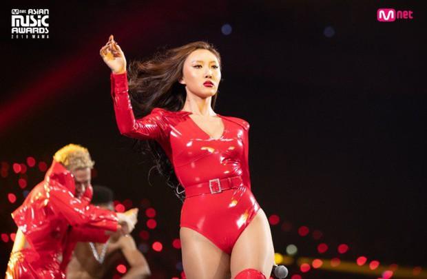 Sau màn trình diễn với trang phục nhạy cảm trên sân khấu MAMA, Hwasa (MAMAMOO) nhận được quà độc từ nhân vật máu mặt này - Ảnh 2.