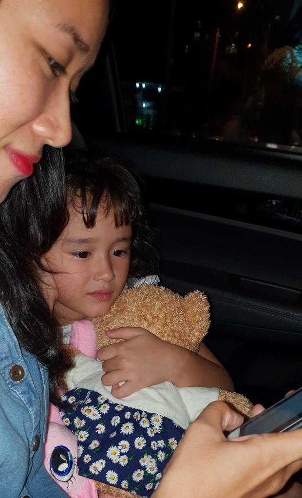 Nước mắt hạnh phúc của người mẹ trẻ khi được trả lại con gái sau 4 năm sang Pháp kiện chồng hờ - Ảnh 3.