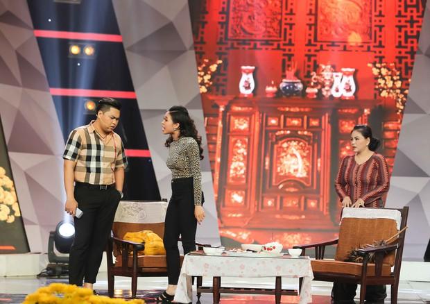 Lê Giang rơi nước mắt trên sân khấu Tết cùng 2 con - Ảnh 2.