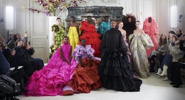 Quá chán ngán với những câu hỏi kém duyên ngày Tết? Hãy để tuyệt tác Haute Couture lên tiếng thay bạn - Ảnh 9.