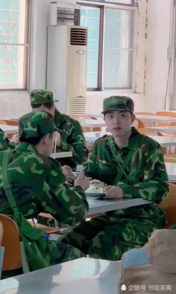 Video quay lén nam sinh đẹp trai trong canteen gây sốt trên mạng vì điều bất ngờ nhất nằm ở cuối video - Ảnh 4.