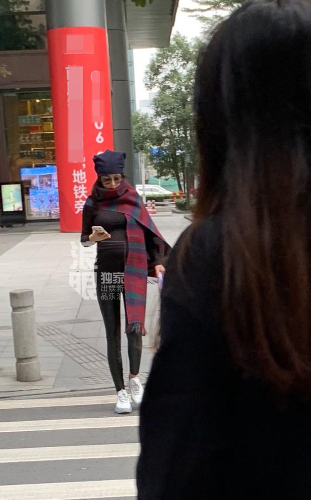 Chính thức lộ bụng tháng cuối thai kỳ với đồ bó sát, Trương Hinh Dư vẫn gây chú ý với đôi chân siêu thon - Ảnh 3.