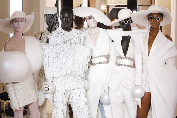 Quá chán ngán với những câu hỏi kém duyên ngày Tết? Hãy để tuyệt tác Haute Couture lên tiếng thay bạn - Ảnh 3.