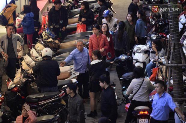 Hà Nội: Dòng người chen lấn mua sắm trên phố Nguyễn Trãi tối 26 Tết, lòng đường bỗng biến thành bãi để xe gây ùn tắc - Ảnh 6.