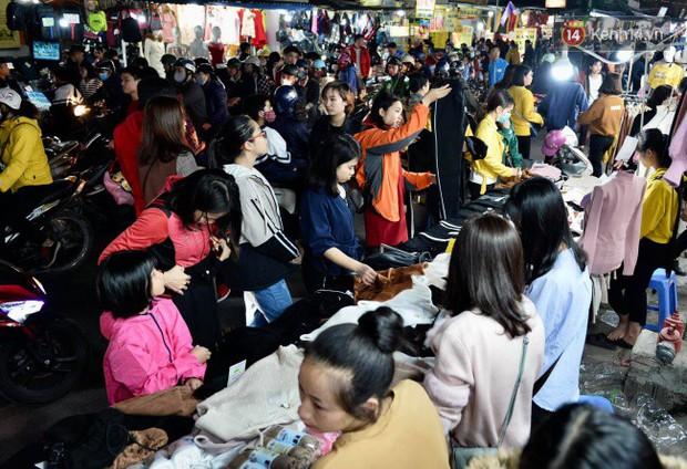 Hà Nội: Dòng người chen lấn mua sắm trên phố Nguyễn Trãi tối 26 Tết, lòng đường bỗng biến thành bãi để xe gây ùn tắc - Ảnh 7.