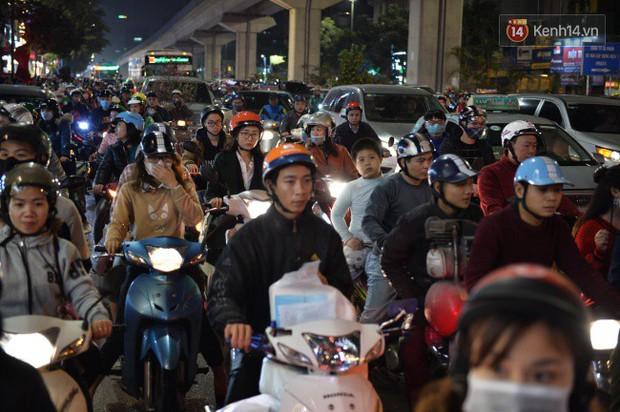 Hà Nội: Dòng người chen lấn mua sắm trên phố Nguyễn Trãi tối 26 Tết, lòng đường bỗng biến thành bãi để xe gây ùn tắc - Ảnh 1.
