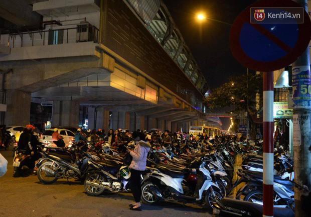 Hà Nội: Dòng người chen lấn mua sắm trên phố Nguyễn Trãi tối 26 Tết, lòng đường bỗng biến thành bãi để xe gây ùn tắc - Ảnh 5.