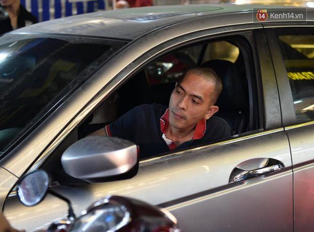 Hà Nội: Dòng người chen lấn mua sắm trên phố Nguyễn Trãi tối 26 Tết, lòng đường bỗng biến thành bãi để xe gây ùn tắc - Ảnh 10.