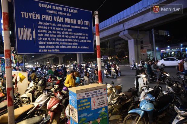 Hà Nội: Dòng người chen lấn mua sắm trên phố Nguyễn Trãi tối 26 Tết, lòng đường bỗng biến thành bãi để xe gây ùn tắc - Ảnh 9.