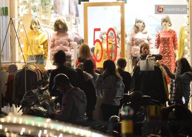Hà Nội: Dòng người chen lấn mua sắm trên phố Nguyễn Trãi tối 26 Tết, lòng đường bỗng biến thành bãi để xe gây ùn tắc - Ảnh 3.