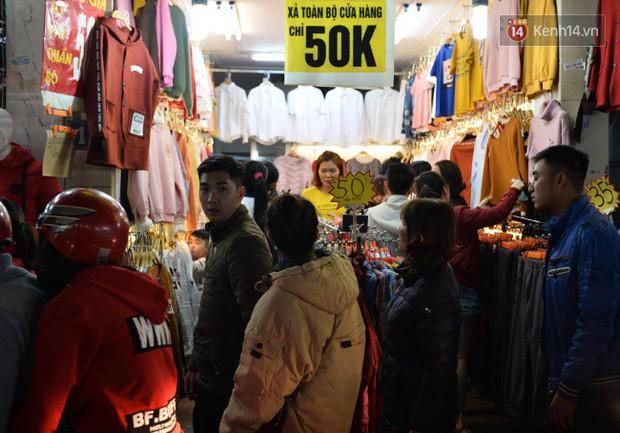 Hà Nội: Dòng người chen lấn mua sắm trên phố Nguyễn Trãi tối 26 Tết, lòng đường bỗng biến thành bãi để xe gây ùn tắc - Ảnh 8.