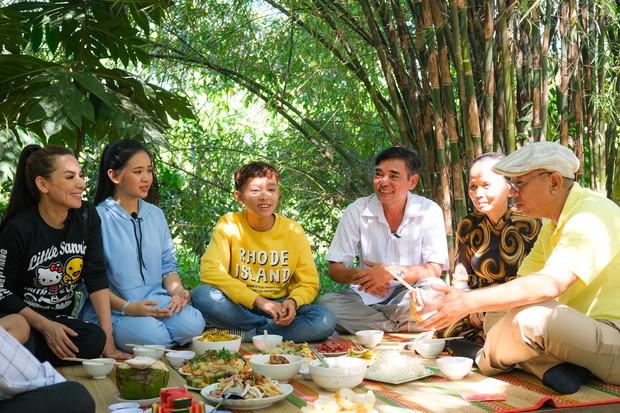 Phi Nhung cùng con nuôi Hồ Văn Cường hào hứng chơi lô tô ngày Tết - Ảnh 8.