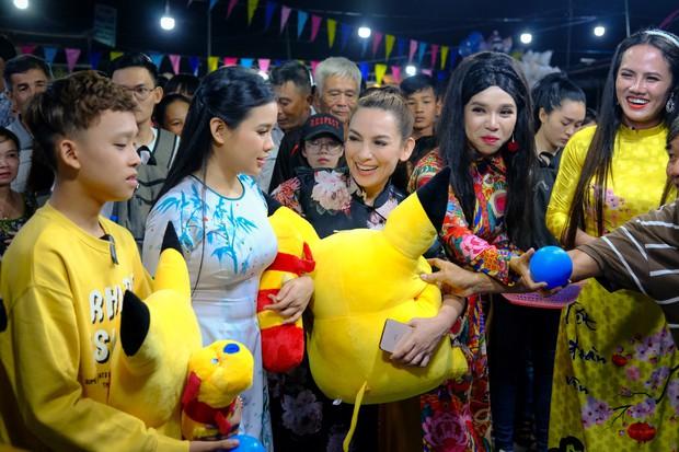 Phi Nhung cùng con nuôi Hồ Văn Cường hào hứng chơi lô tô ngày Tết - Ảnh 11.
