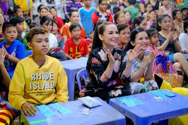 Phi Nhung cùng con nuôi Hồ Văn Cường hào hứng chơi lô tô ngày Tết - Ảnh 12.