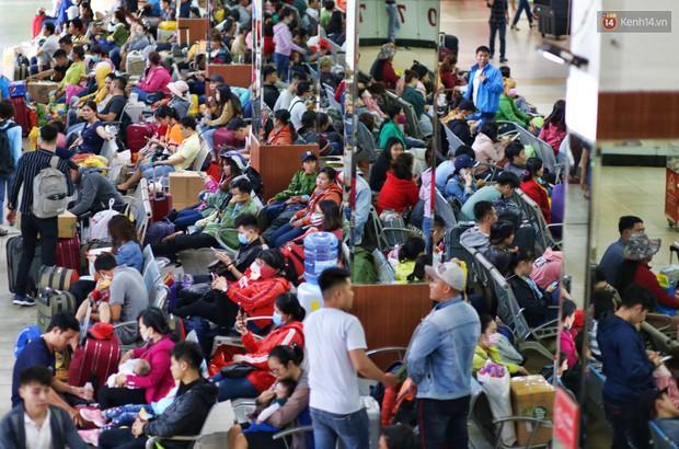 Người dân ùn ùn rời Sài Gòn về quê ăn Tết, bến xe đông nghẹt, đường phố ùn tắc không lối thoát ngày cuối năm - Ảnh 4.