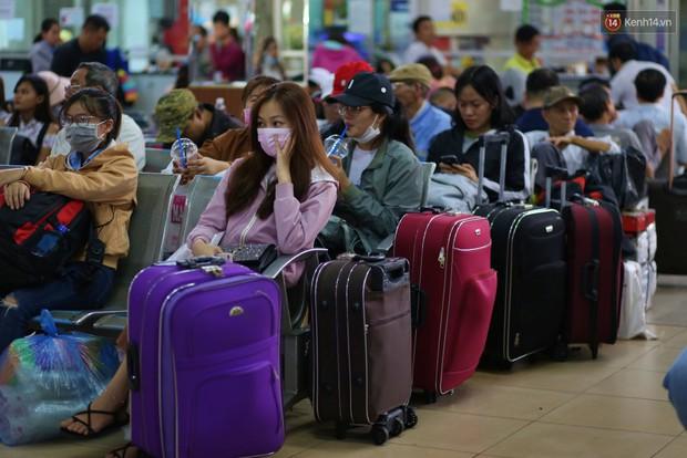 Người dân ùn ùn rời Sài Gòn về quê ăn Tết, bến xe đông nghẹt, đường phố ùn tắc không lối thoát ngày cuối năm - Ảnh 9.