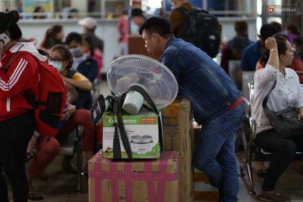 Người dân ùn ùn rời Sài Gòn về quê ăn Tết, bến xe đông nghẹt, đường phố ùn tắc không lối thoát ngày cuối năm - Ảnh 10.