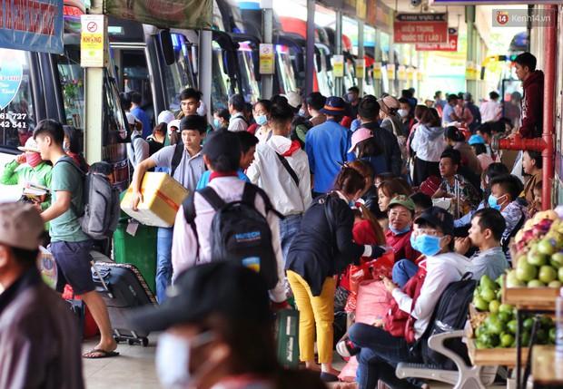 Người dân ùn ùn rời Sài Gòn về quê ăn Tết, bến xe đông nghẹt, đường phố ùn tắc không lối thoát ngày cuối năm - Ảnh 2.